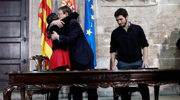 Ximo Puig y Mónica Oltra se abrazan en la firma del acuerdo de presupuestos con Podemos la pasada semana
