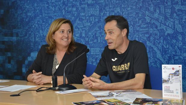 La concejala de Turismo, Rosana Rodríguez, con José Ignacio Gómez Peña, presidente de la Asociación de Fondistas Toledanos, organizadora de la prueba