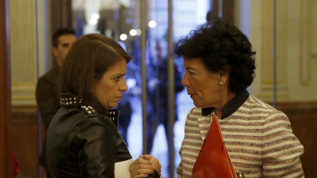 Adriana Lastra junto a Isabel Celaá en el Congreso