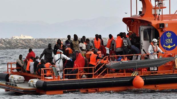 Un grupo de inmigrantes rescatados este mes en las costas de Almería