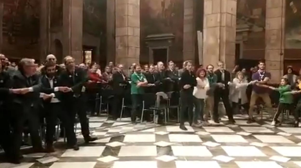 Criticas a Quim Torra por cantar y bailar «la hora del adiós» en el Palau de la Generalitat