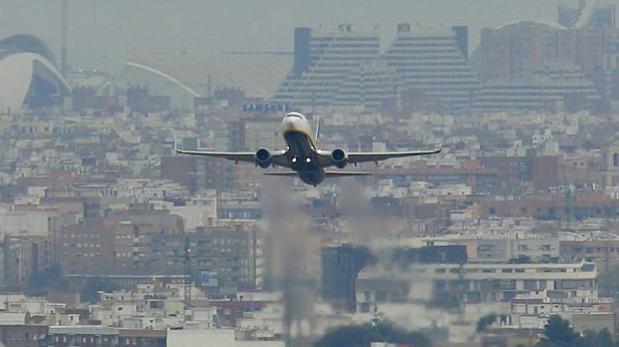 Un avión aterriza en el aeropuerto de Valencia