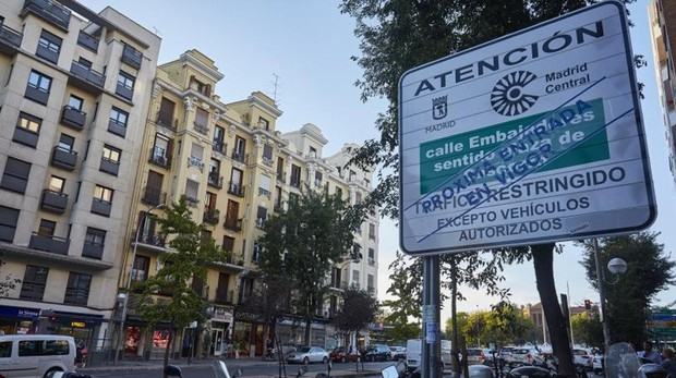 La glorieta de Embajadores, límite sur de Madrid Central, con su nueva señalética