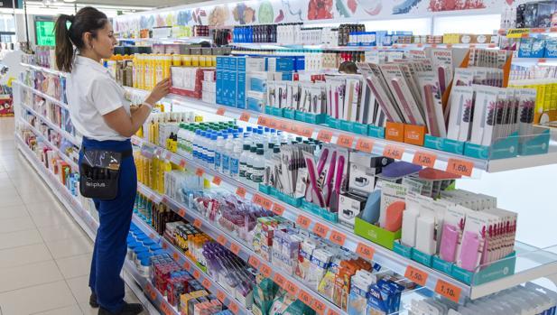 Imagen de una trabajadora de Mercadona tomada en un supermercado de Sevilla