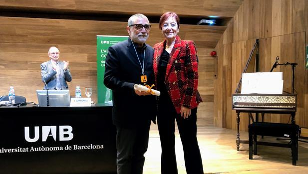 Jaume Plensa junto a la rectora de la UAB, Margarita Arboix,