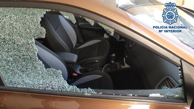 El detenido rompía el cristal de las ventanillas de los vehículos para robar