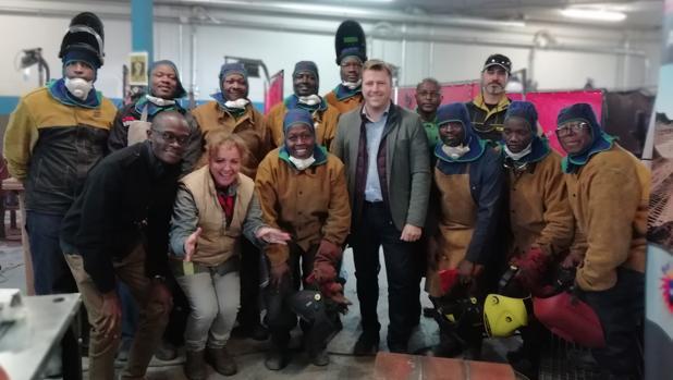 Los profesionales keniatas posan con la gerente de la empresa, Ángela Lázaro, y el alcalde Pedro Congosto