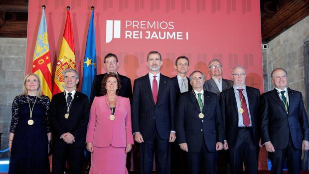 El catedrático Xavier Freixas, segundo por la izquierda, junto al resto de premiados y el Rey este miércoles