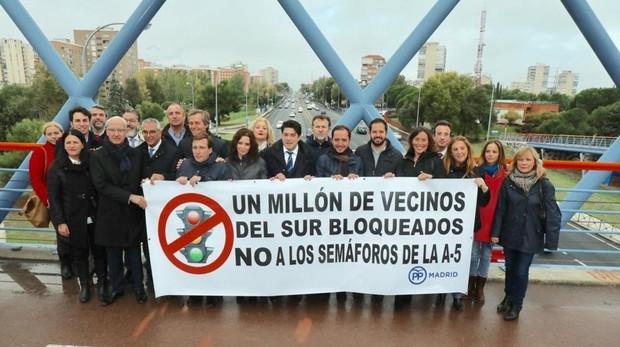 Los alcaldes del PP se manifiestan contra los semáforos de la A-5