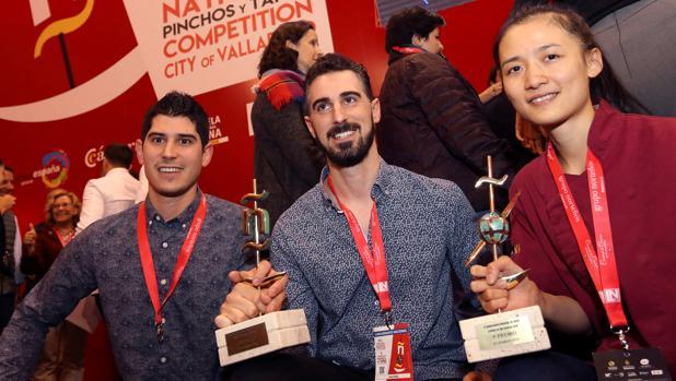 La chef Shuyun Chen (d), de Nueva Zelanda, y los hermanos LuIs Antonio y Javier Carcas, de Zaragoza