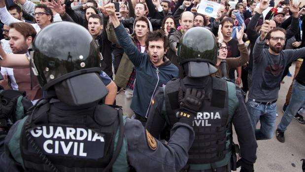 Agentes de la Guardia Civil, durante el referéndum ilegal del 1 de octubre de 2017