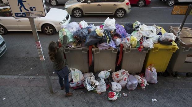Contenedores repletos de basura durante la huelga de 2016