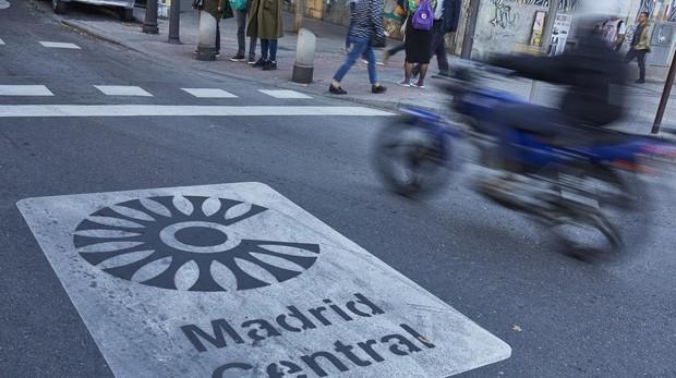 Señalización horizontal que informa de la entrada a Madrid Central