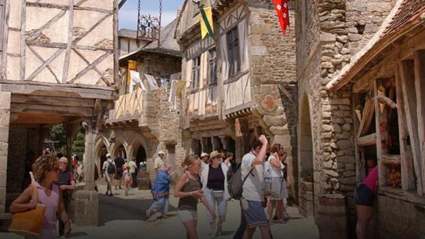 Público pasea por el poblado medieval del parque temático Pou du Fou en Francia