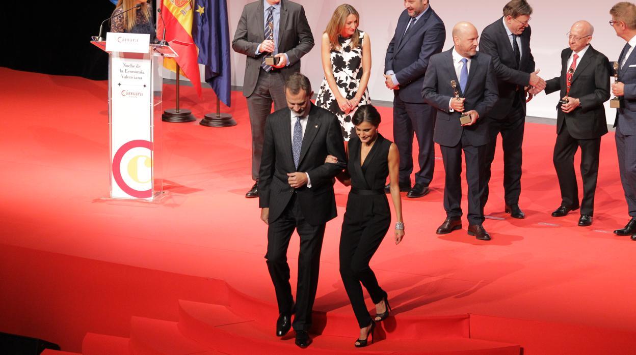 Un mono negro combinado con diamantes: el look de la Reina Letizia en una noche de gala en Valencia