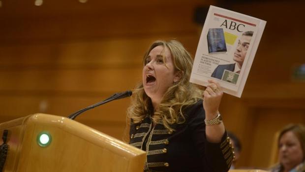 Cristina Ayala, coportavoz del PP muestra la portada de Sánchez sobre el plagio en su tesis doctoral