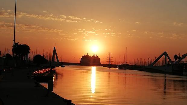 Imagen de un amanecer tomada en la Marina de Valencia