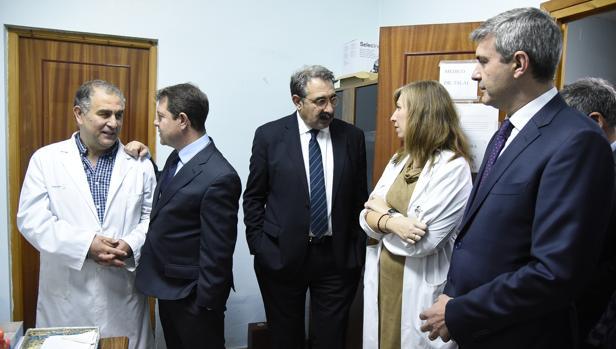 García-Page, Fernández Sanz y Gutiérrez, ayer, durante su visita al consultorio de Villarrubia
