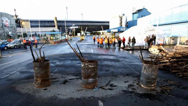 Trabajadores de Alcoa concentrados a la entrada de la factoría coruñesa