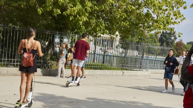 Usuarios del patinete eleéctrico, en el Parque del Retiro