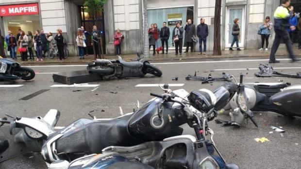 Varias motos arrolladas por el coche
