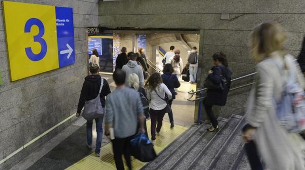 Usuarios de Metro en la céntrica estación de Sol