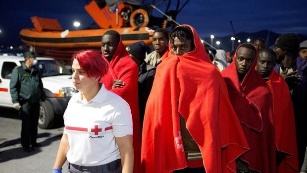 La Cruz Roja, a la llegada de 112 ocupantes de una patera en Motril