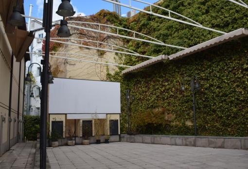 Jardín del edificio en el que se proyecta el cine de verano