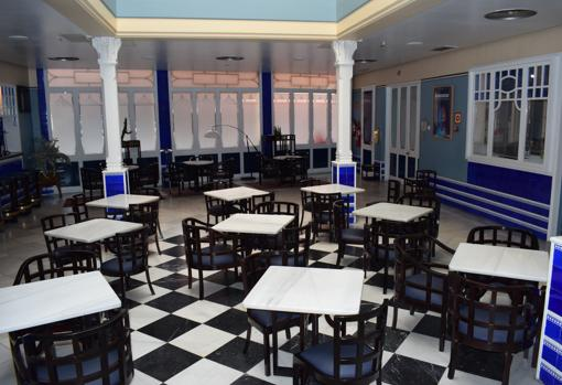 En el patio se encuentra la cafetería decorada con azulejos azules en las paredes y columnas
