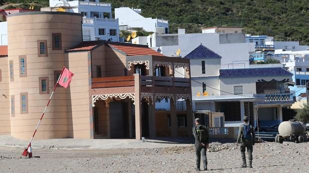 La playa de Guat el Marssa, custodiada por dos gendarmes marroquíes