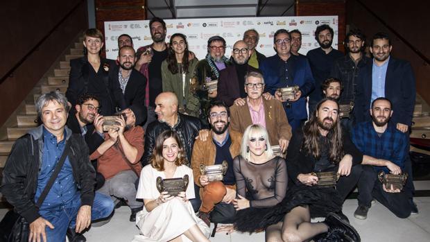 El conseller Vicnet Marzà (derecha, de pie) junto a los premiados en la gala