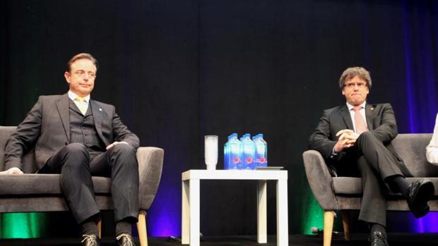 Bart de Wever junto a Carles Puigdemont durante el acto