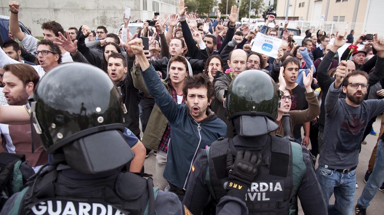Ordenan imputar a tres guardias civiles por una supuesta detención irregular el 1-O