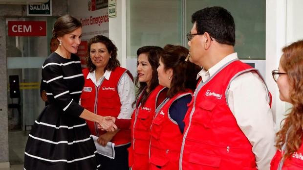 La reina Letizia saluda a los trabajadoresen el Ministerio de la Mujer en su visita a Perú