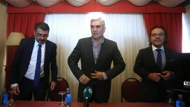 Fernando Blanco, flanqueado por sus abogados, Evaristo Nogueira (izq.) y Xoan Antón Pérez-Lema (dcha.), este martes durante su comparecencia ante los medios en Santiago