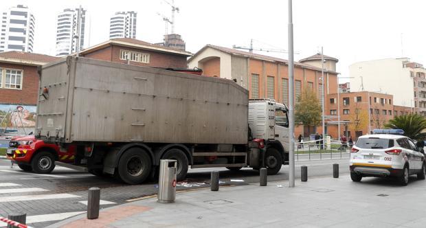 Muere una ciclista atropellada por un camión en Bilbao