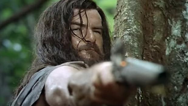 Pierce Brosnan en su papel de Crusoe en una película