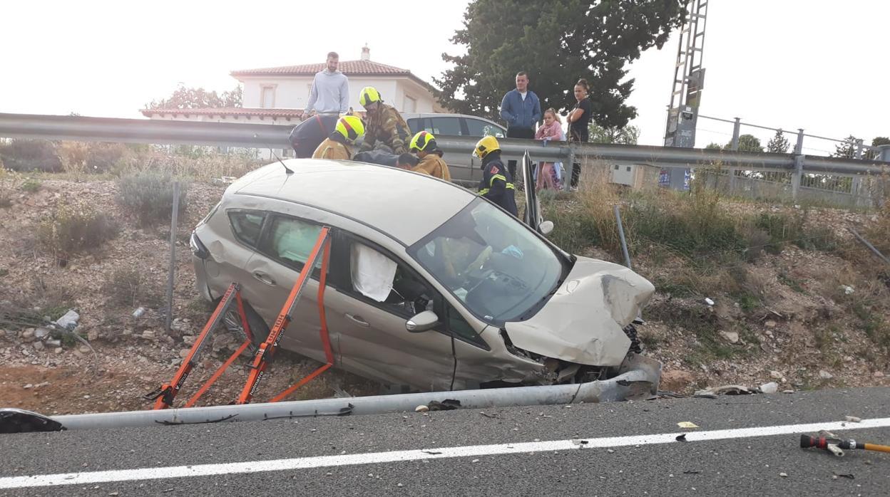 Rescatan a un conductor atrapado en su coche tras salirse de la carretera en Alicante
