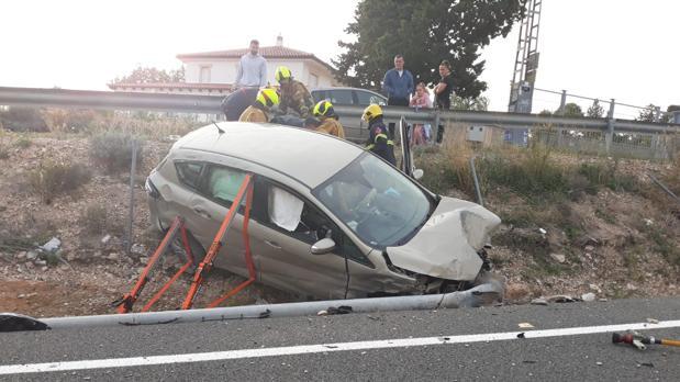 El vehículo accidentado, fuera de la calzada