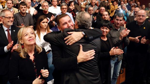Arnaldo Otegui y Quim Torra se abrazan durante el acto de hoy