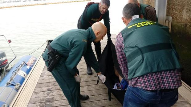 Traslado al puerto de Barbate del séptimo cadáver de la patera que naufragó el pasado lunes