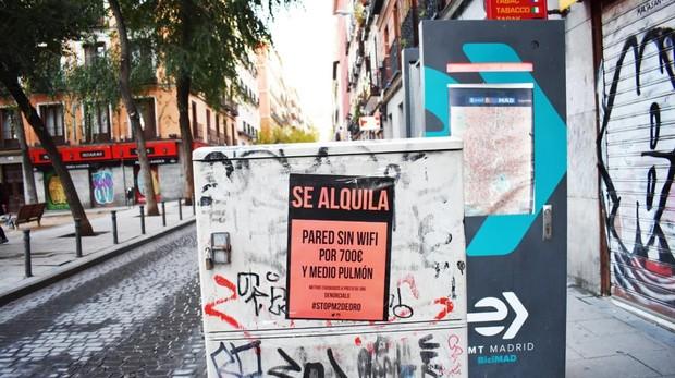 Cartel de la iniciativa «Se alquila» pegado en Malasaña, al lado de la plaza del Dos de Mayo
