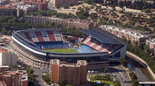 El estadio Vicente Calderón, con la grada sobre la M-30