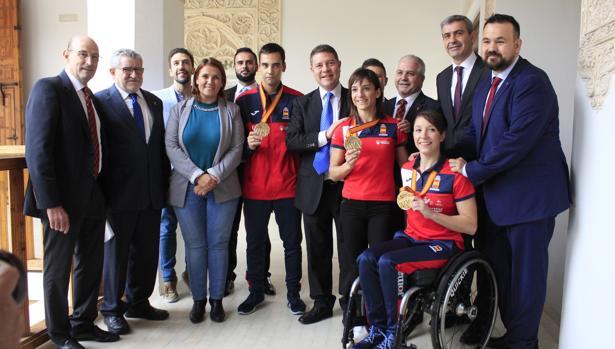 Los tres campeones del mundo con el presidente de Castilla-La Mancha, Emiliano García-Page, y diversos políticos