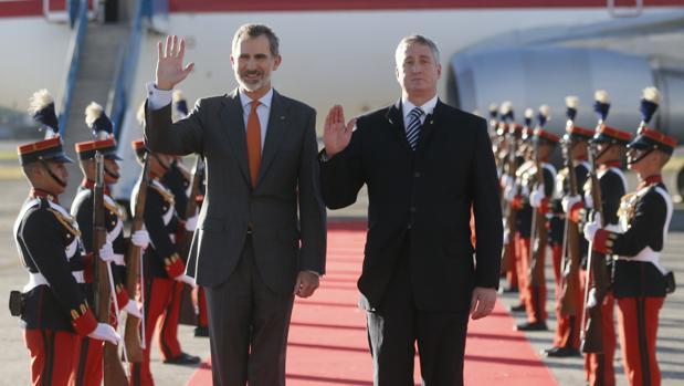 Don Felipe, junto al ministro de Gobernación guatemalteco, Enrique Degenhart
