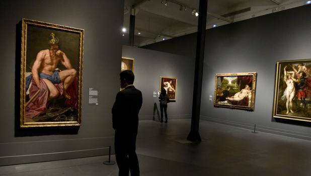 Un visitante observa «Marte», de Velázquez, en Caixaforum