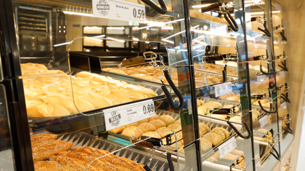 El pan llena el carro de la compra en el súper