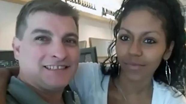La víctima, a la izquierda, junto a su pareja, al que se le busca