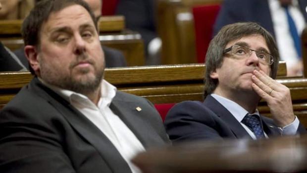 Oriol Junqueras y Carles Puigdemont en el Parlamento de Cataluña