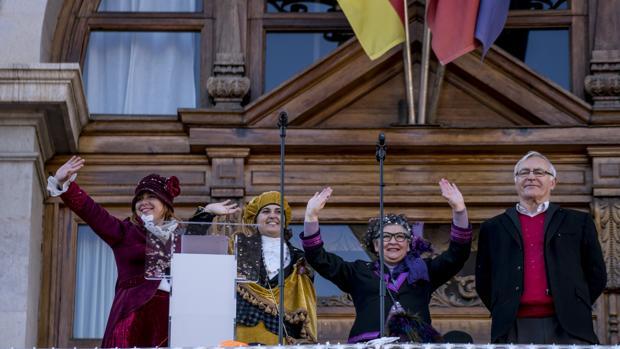 Imagen de Joan Ribó junto a las «magas republicanas» tomada en el balcón del Ayuntamiento de Valencia